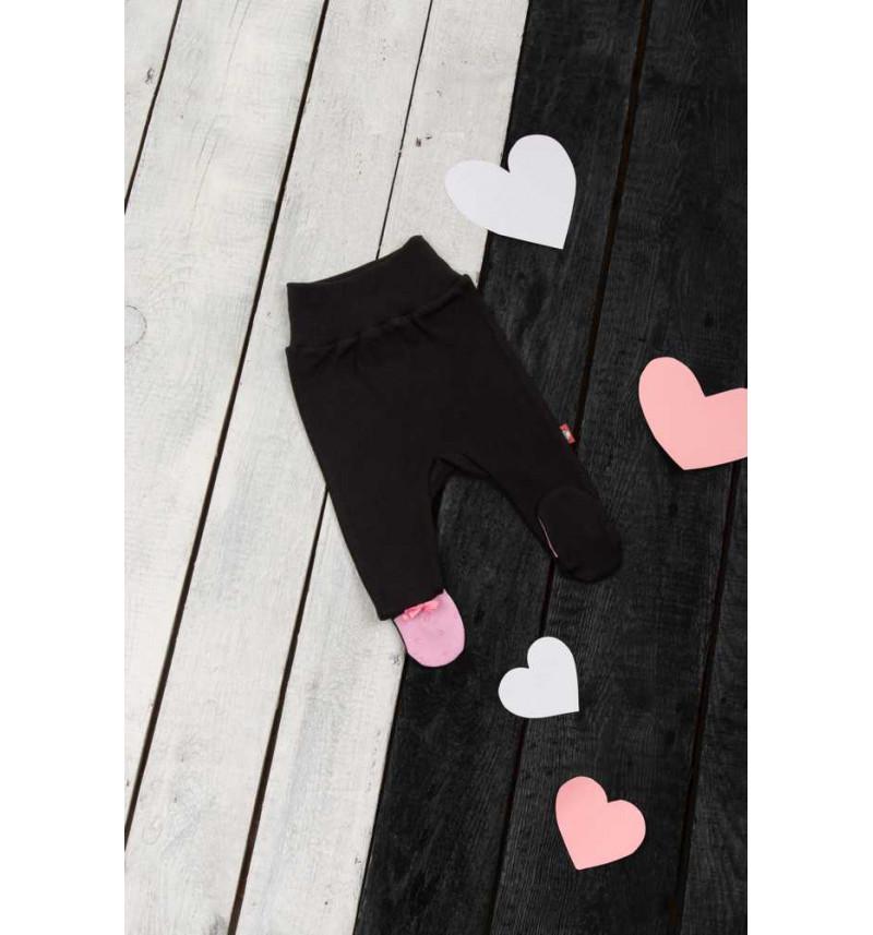 Juodos kelnės su rausvomis pėdutėmis